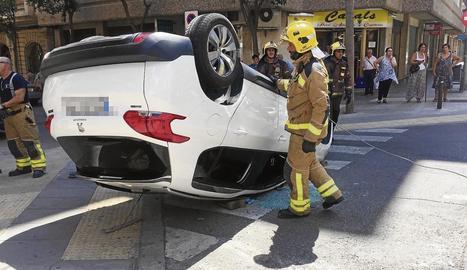 Bolquen dos cotxes en accidents a Canonge Brugulat i Balàfia