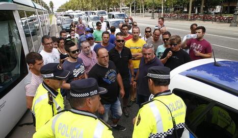 Els manifestants van parar al Bruc per decidir com seguir.