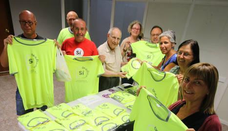 Membres de l'ANC mostren les samarretes de la Diada 2017.