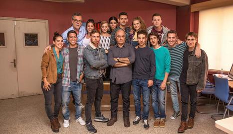 Francesc Orella, al centre, i la resta del repartiment de la sèrie.
