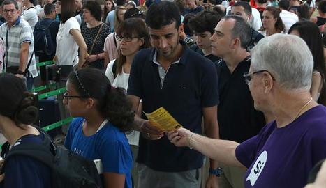 Les cues per accedir al control de seguretat de l'Aeroport de Barcelona-el Prat van continuar ahir.
