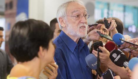 El director de la Fundació Vicenç Ferrer, Jordi Folgado, rep a Màlaga els espanyols sinistrats.