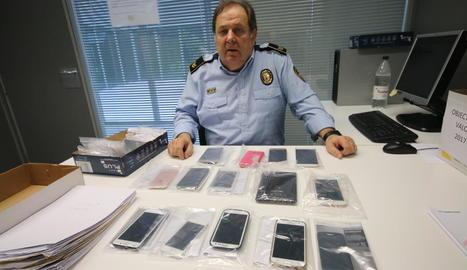 El sergent Josep Maria Foixench mostra alguns dels objectes perduts en custòdia.