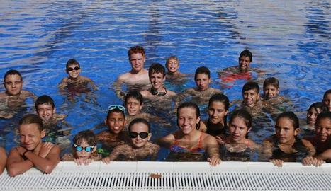 Paula Juste, al centre, al costat dels nens i nenes que participen aquests dies en el programa municipal Esportmania.