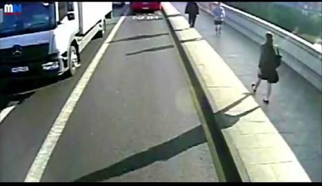 VÍDEO. Un 'runner' empuja a una mujer a un bus en Londres