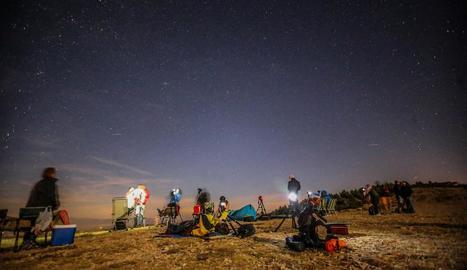 Un grup de persones observant la pluja d'estrelles l'estiu passat al Montsec.