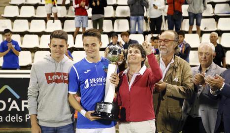 Toni i Joan Vicente, els fills d'Emili, posen al costat de la seua mare, Antònia Armengol, que va entregar el trofeu de campió a Joan, com a capità del Lleida.