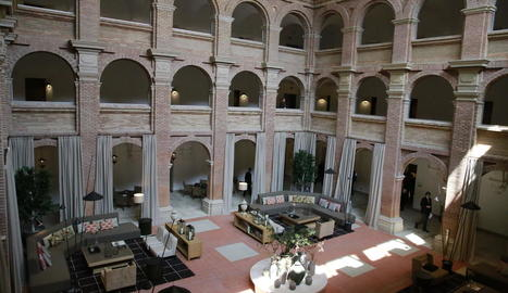 Vista del claustre, que ha estat cobert i acull una cafeteria.