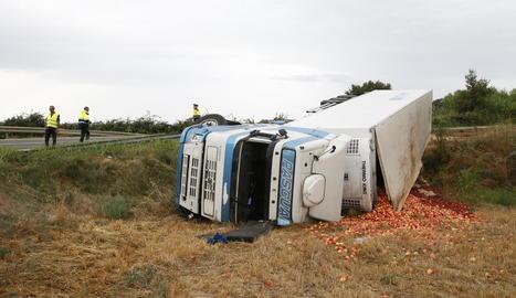 Bolca un camió carregat amb fruita a la carretera de la Portella
