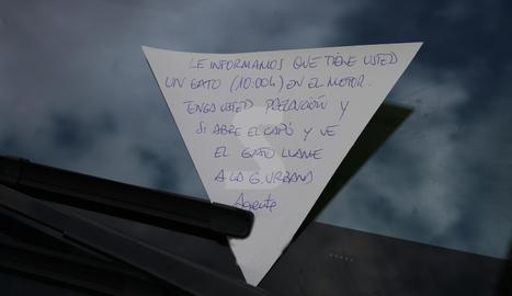 La nota d'advertiment que la Guàrdia Urbana va deixar al vidre d'un cotxe.