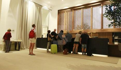 Hostes del parador de turisme en el primer dia d'obertura.