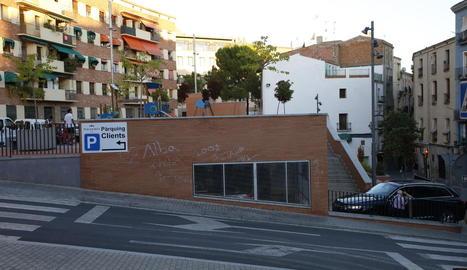 Clients del parador, ahir al mostrador de la recepció de l'hotel, a l'arribar a Lleida.