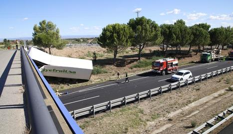 L'accident sense més conseqüències d'aquest camió va provocar un caos de 3 hores a l'N-230.