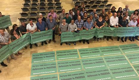 Alcaldes i edils que ahir van firmar el manifest a Alcarràs.
