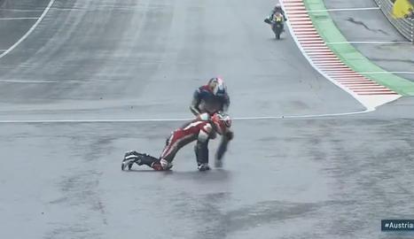 Àlex Márquez ajuda un rival després d'una caiguda al final de recta.