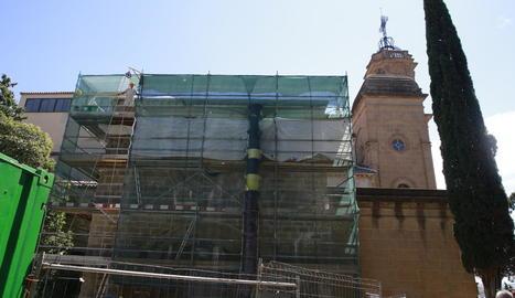 La restauració ha posat al descobert els elements decoratius de la rosassa, que tornarà a lluir vitralls ben aviat, després de 300 anys.
