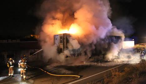 Crema el remolc frigorífic d'un camió a l'A-2 a Bellpuig