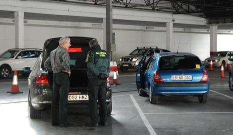 declarar. Els controls més estrictes són els de la Guàrdia Civil de frontera. Els agents repassen visualment tots els vehicles i decideixen quins fa aturar per inspeccionar.