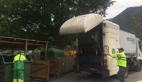 Els operaris de l'empresa netegen els contenidors.