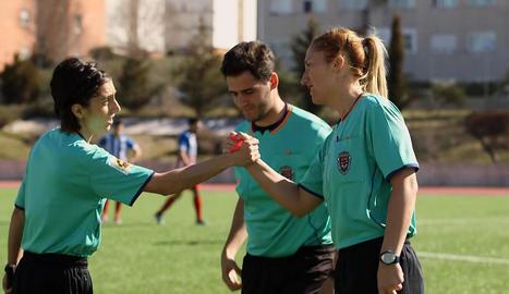 Elena Contreras abans d'arbitrar un partit.