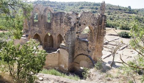 Vista de les restes del monestir des de la carretera.