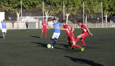 Una acció del partit disputat ahir a Gardeny entre el Lleida B i el Mollerussa.