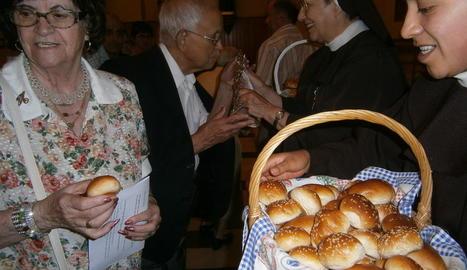 Les clarisses van entregar panets beneïts entre els fidels al santuari de Balaguer.