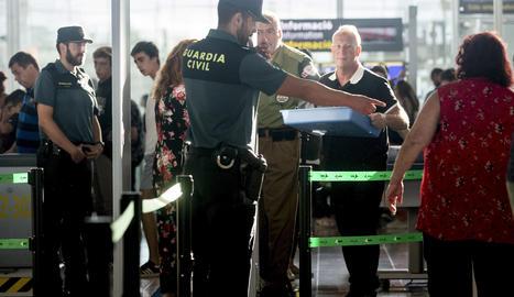 Agents de la Guàrdia Civil als controls de l'aeroport del Prat.