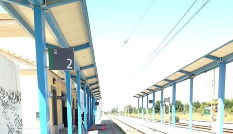 Bombers i tècnics d'Adif revisant l'andana de l'estació de Puigverd ahir al migdia, visiblement afectada per l'explosió.