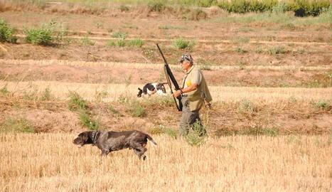 Caçadors amb els gossos ahir al matí a l'inici de la mitja veda a Bell-lloc.