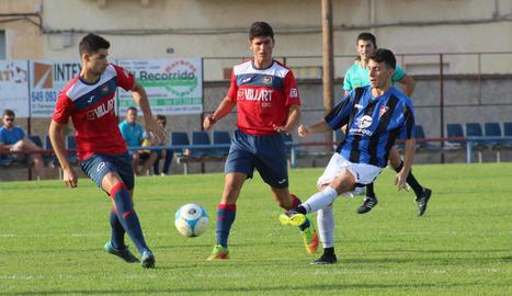 Miki i Àngel, del Balaguer, intenten prendre la pilota a un juvenil de l'Atlètic Segre.
