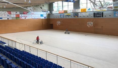 Els treballs de reparació del parquet del Palau Municipal d'Esports de la Seu d'Urgell