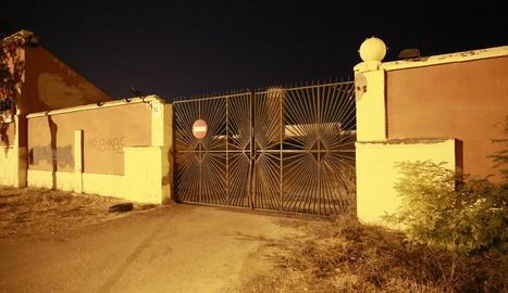 Imatge del recinte en el qual es troba la piscina, ahir a la nit poc després dels fets.