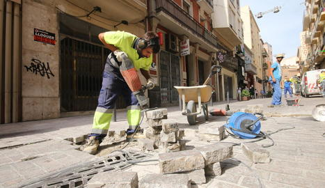 Nova substitució de llambordes trencades al carrer Democràcia