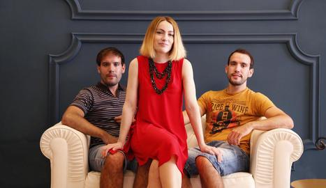 Cristina Espona, envoltada dels seus germans, Miquel i Jordi, ahir a la botiga que obrirà les portes dissabte a les Borges Blanques.