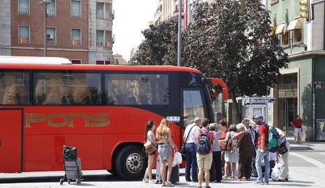 Viatgers que ahir es van veure obligats a utilitzar el servei alternatiu que es va oferir amb autobusos.