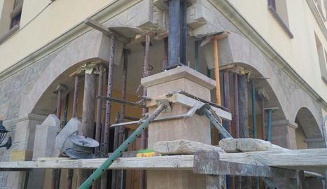 Durant l'obra s'ha reforçat el pilar amb estructures de ferro.