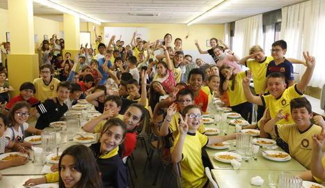 Al menjador de 140 metres quadrats coincideixen 150 alumnes.