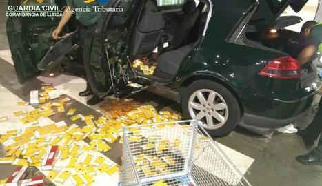 Els agents van trobar el tabac en dobles fons d'aquest cotxe.