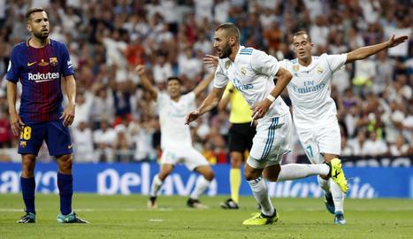 Benzema celebra el segon gol madridista davant d'un Jordi Alba que ahir complia 200 partits amb la samarreta del Barça.