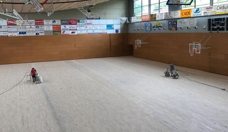Reparen el parquet del Palau d'Esports de la Seu d'Urgell