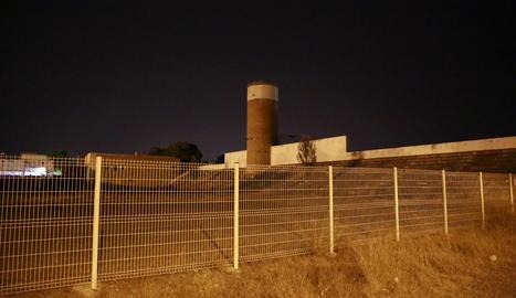 Imagen de la valla trasera del recinto de las piscinas.