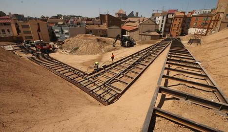 Diversos operaris treballaven ahir en la col·locació de la carcassa de les passarel·les metàl·liques.