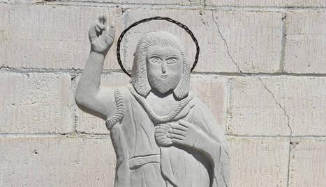 """Una escultura altruista - És obra de Ramon Inglés, un veí de la localitat que la va esculpir altruistament per encàrrec d'un grup de dones, algunes d'elles integrants del consell parroquial. """"Estic cansat, que facin el que vulguin"""", va  ..."""