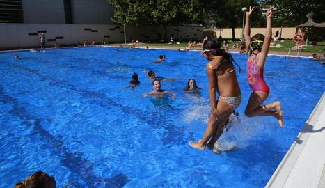 Banyistes disfrutant d'una remullada ahir a les piscines de Cappont.