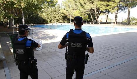 Dos agents de la Guàrdia Urbana, ahir a les piscines de Gardeny.