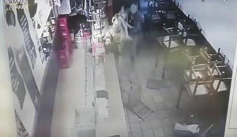 A les tres primeres fotos es veu com el client clava un cop de puny a la treballadora i en la quarta, com li tiren una cadira.