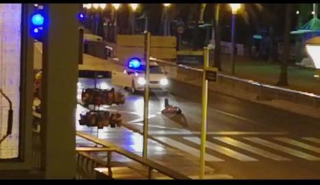 VÍDEOS. ElVÍDEOS. Els terroristes abatuts davant del passeig marítim de Cambrilss terroristes abatuts davant del passeig marítim de Cambrils
