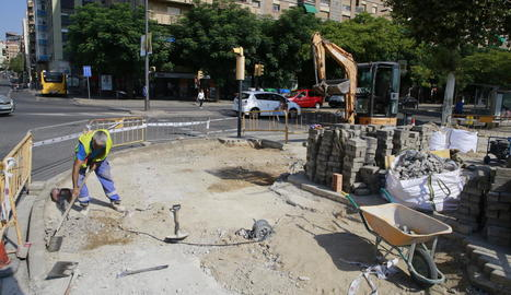 Operaris canvien les llambordes de la vorera d'un tram d'avinguda Madrid, que estava enfonsada.