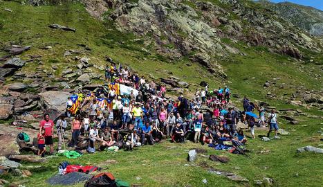 Foto de família dels assistents a la trobada al port de Tavascan.